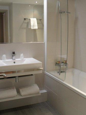 BEST WESTERN Domaine De La Petite Isle : 3 - sdb chambre 211 (1er étage bât. Les Sources) hôtel Domaine de la Petite Isle
