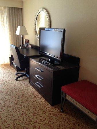 Boston Marriott Long Wharf: TV and desk