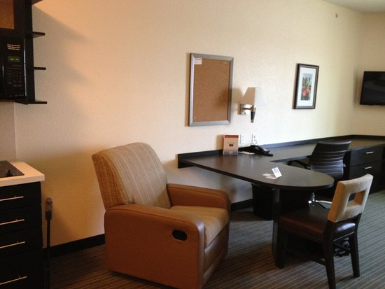 Candlewood Suites: Desk and comfy chair