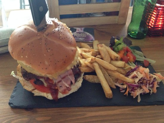 The Pier Brewery Tap & Grill: Fantastic burger! Did need a bigger slate though!