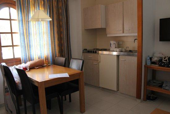 Gavimar La Mirada Club Resort: Kitchen/dining area