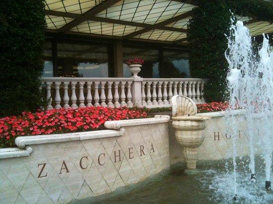 Grand Hotel Bristol: Fontaines, fleurs et couleurs....