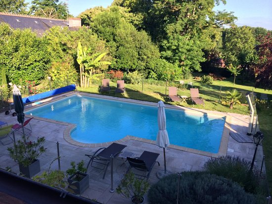Saint-Denis-sur-Loire, França: View of the pool and grounds from our attic room