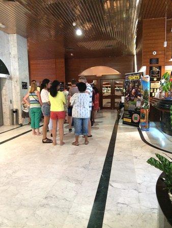Estival Park Salou : Dinner hall queue