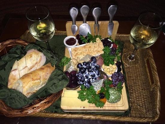 The Inn at Irish Hollow: Wonderful cheese platter