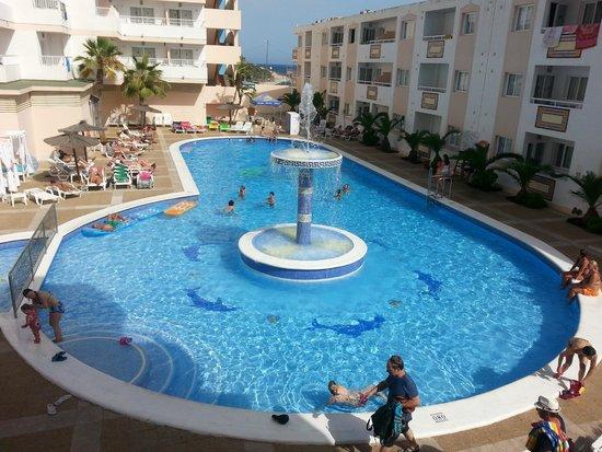 Hoteles Apartamentos Lux Mar: vista dal nostro balcone su piscina dell'hotel