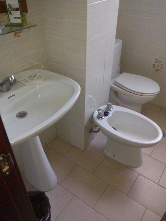 Hotel Kristal : Bagno con minimo essenziale e piuttosto vecchio
