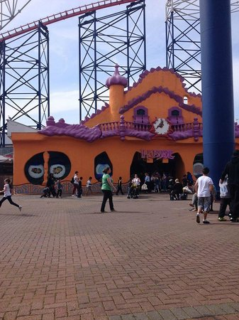 Blackpool Pleasure Beach: Weird intriguing room - mirrors, odd things, not really a ride as such...