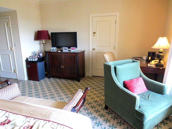 Willard InterContinental Washington: Room, connecting door to suite next door