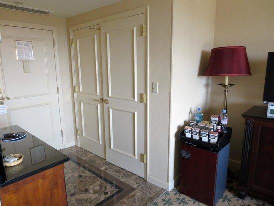 Willard InterContinental Washington: Closet and mini bar
