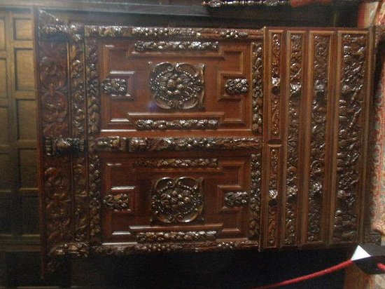 Speke Hall: Amazing wooden carved furniture