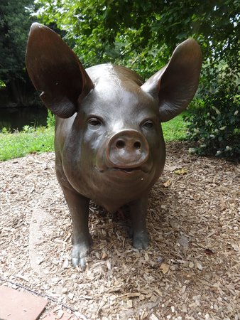 Brandywine River Museum of Art: Life-sized bronze pig behind the art museum