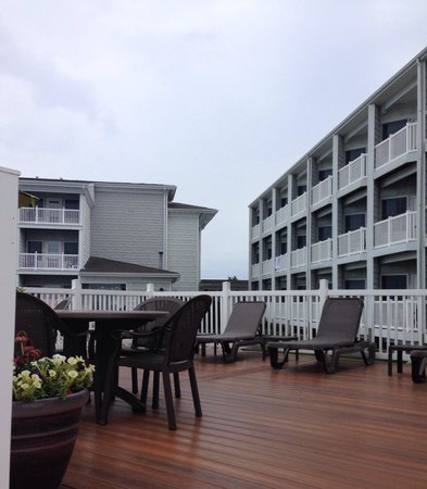 Comfort Suites Chincoteague: Patio by the outdoor pool