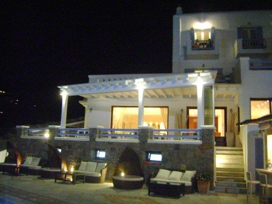 Grand Beach: Vista nocturna desde la zona de pileta junto al bar (a la derecha).