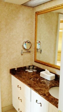 Hotel Palace Royal: convenient sink outside of bathroom