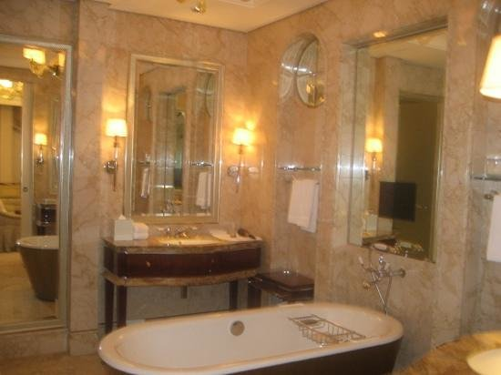 The St. Regis Singapore: Bathroom in the Deluxe room
