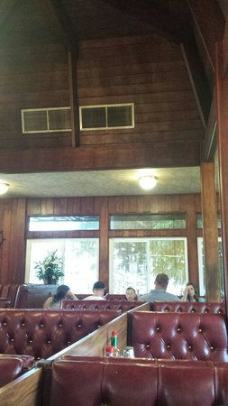 Kaneohe Pancake House : 内装はコアの材木だそうです。