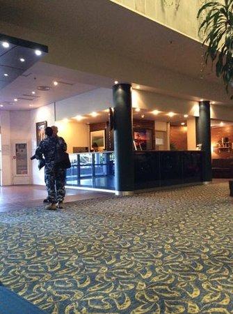 Novotel Darwin CBD : Navy in the lobby