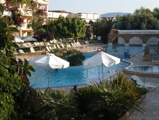 Bitzaro Grande Hotel: View of the pool
