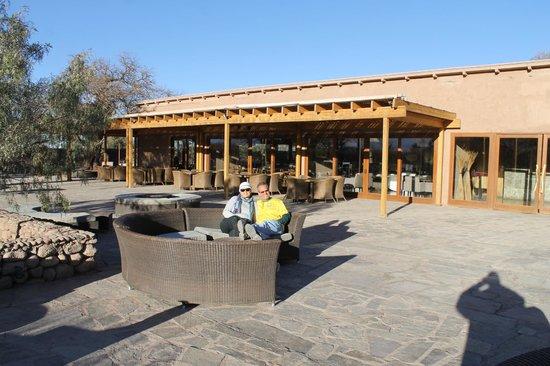 Hotel Cumbres San Pedro de Atacama: Área externa em frente ao restaurante do hotel