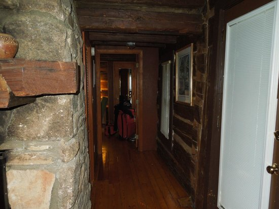 Asheville Cabins of Willow Winds: Hallway to bedroom in Chris's Cabin