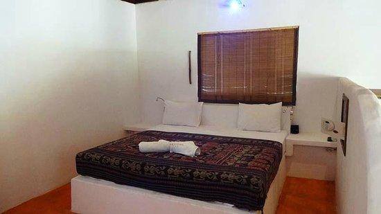 Adeng-Adeng Bungalows : Island Bungalow master bed