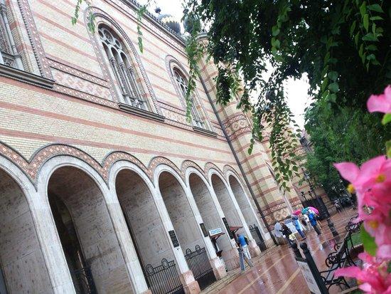 Grande synagogue de Budapest : Budapest - Nagy zsinagóga - it's raining, entrance
