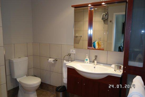 Sounds Vista Bed & Breakfast: Bedroom1 Bathroom Mirror