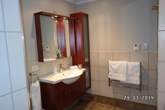 Sounds Vista Bed & Breakfast: Bedroom1 Bathroom Cabinet