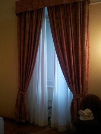 City Hotel : Tall window