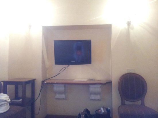 City Hotel: TV across from the bed