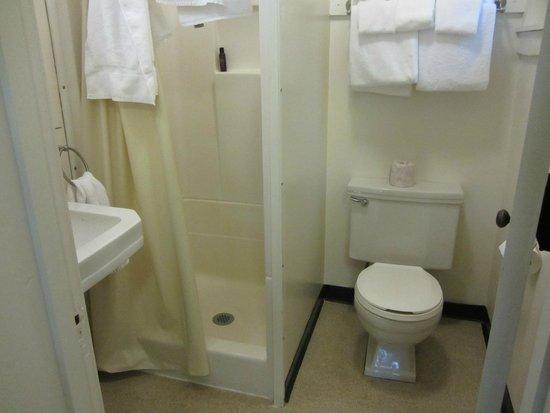 Lake McDonald Lodge: Cabin bathroom