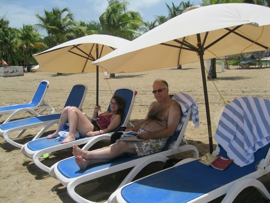 Courtyard by Marriott Isla Verde Beach Resort: Lounges, umbrellas and towels provided