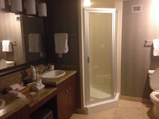 The Grandview at Las Vegas : Spacious bathroom/shower