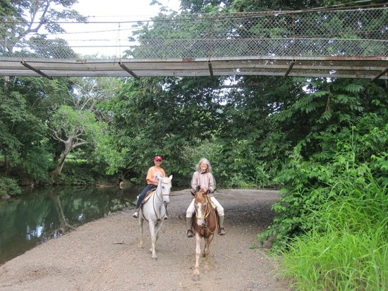 Fidelito Ranch & Lodge: Horseback Riding along River