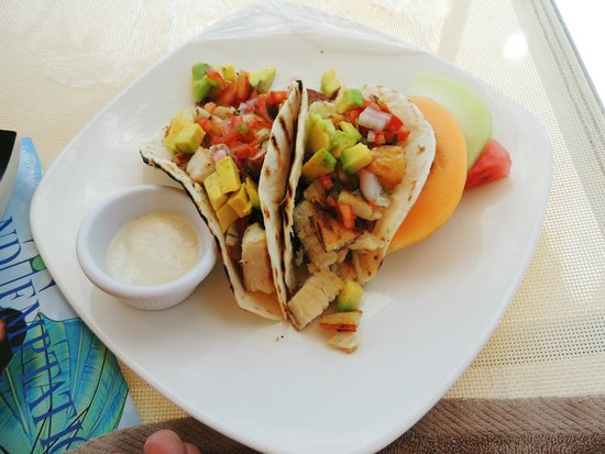Manchebo Beach Resort & Spa: Fish tacos without leaving your lounge chair!