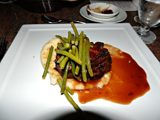 Manchebo Beach Resort & Spa: Filet with green beans & mashed potatoes.