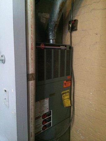IHSP Chicago Hostel: Le placard de la chambre est en fait l endroit de la chaudière bruyant chaud et puant