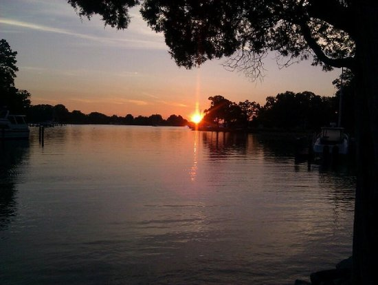 Bay Cottage Bed & Breakfast : Watching the sun rise at bay cottage