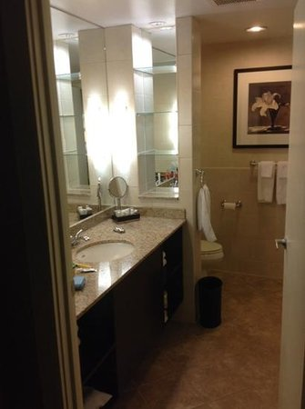 The Lord Nelson Hotel & Suites: Nice bathroom. I like the aveda amenities.