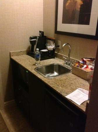 The Lord Nelson Hotel & Suites : minibar, coffee, microwave, coffee maker.