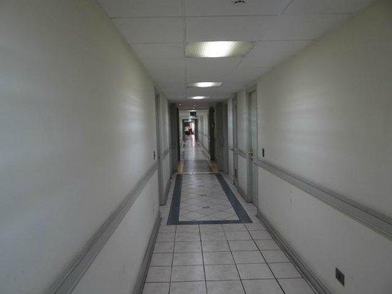 Apart Hotel Cambiaso: Corredor de entrada para os apartamentos