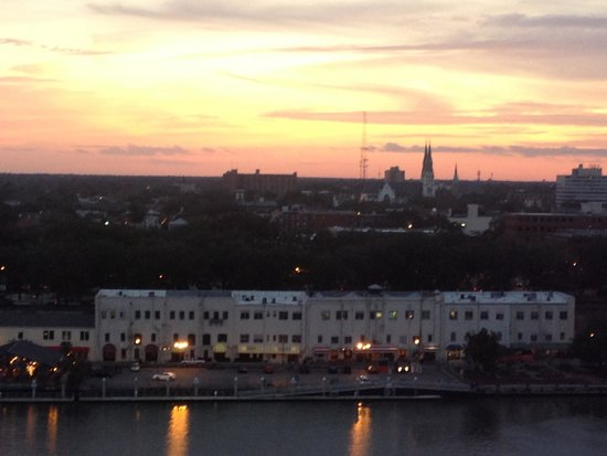 Savannah Marriott Riverfront: Sunset in the river view room