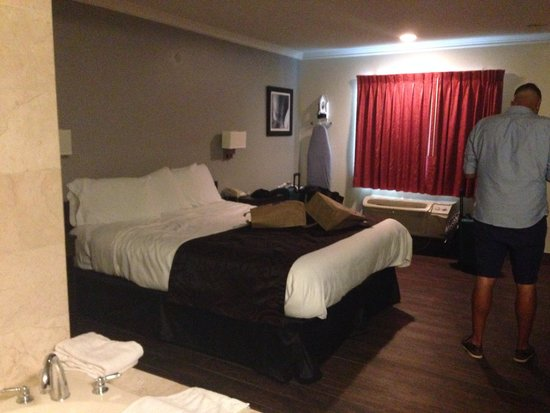 Americas Best Value Inn - Hollywood / Los Angeles: King size comfortable bed
