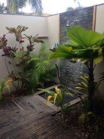 Blue Lagoon Beach Resort: Outdoor Shower