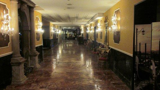 Hotel Principe: Hotel Lobby