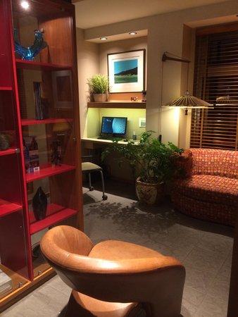 Le Champlain Hotel : Sitting area near lobby
