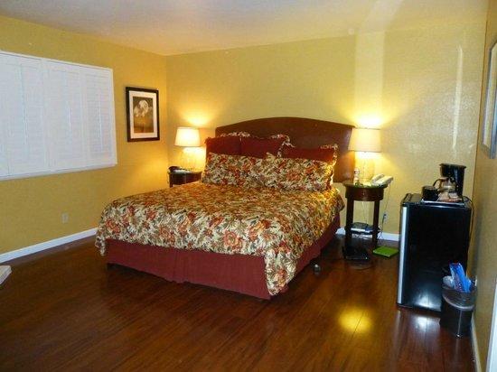 Sunset Inn: Room, king bed