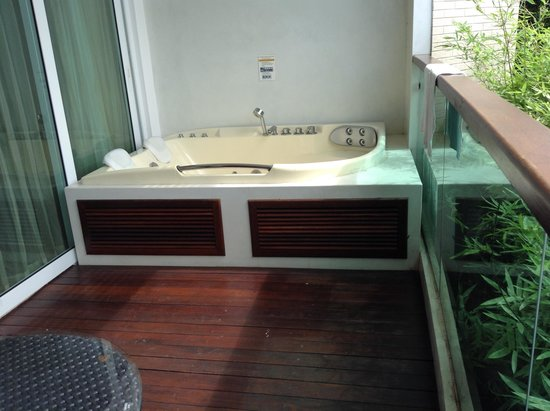 KC Resort & Over Water Villas : Spa Bath on Balcony