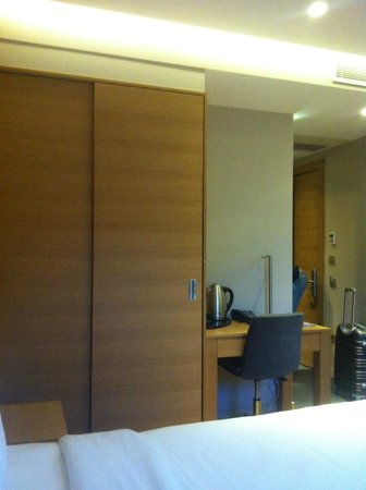 Endless Suites Taksim: 2nd closet and 2nd desk